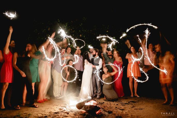 festa de casamento em torno fogueira com sparkles casamento boho alternativo