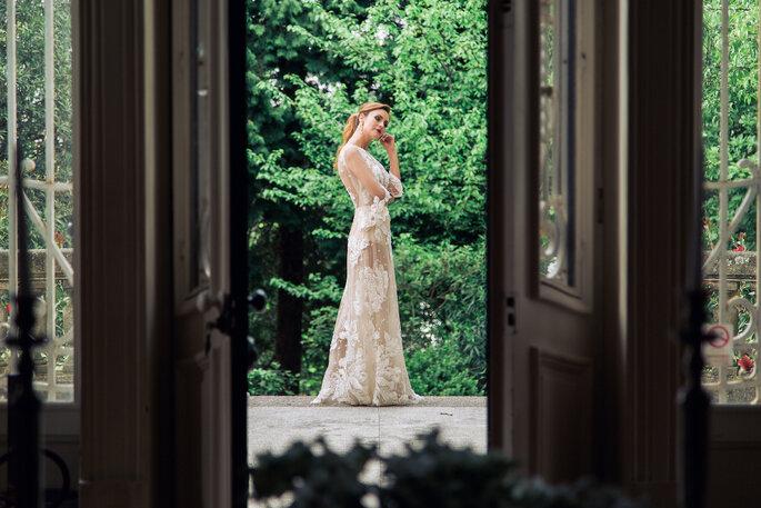 Séance photo e la mariée en extérieur, sur la terrasse du lieu de réception.