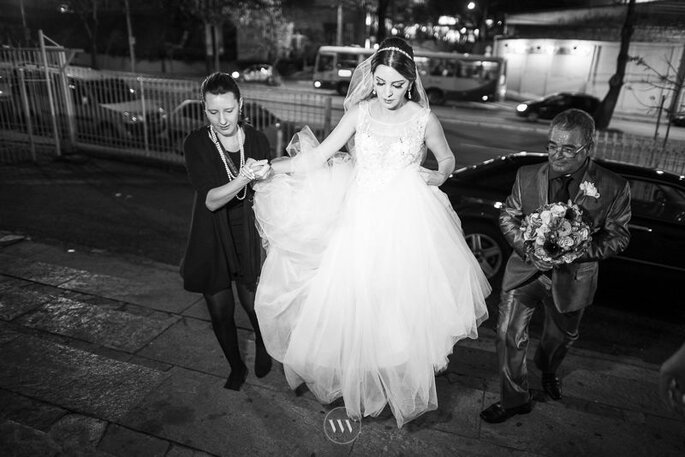 Cerimonialista auxilia a noiva na chegada na igreja