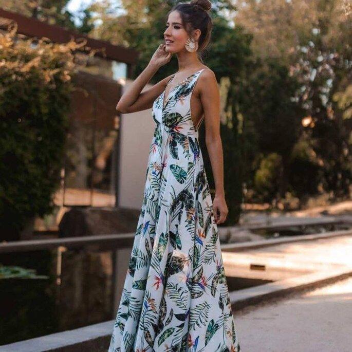 vestido de día largo con volumen y escote en la espalda
