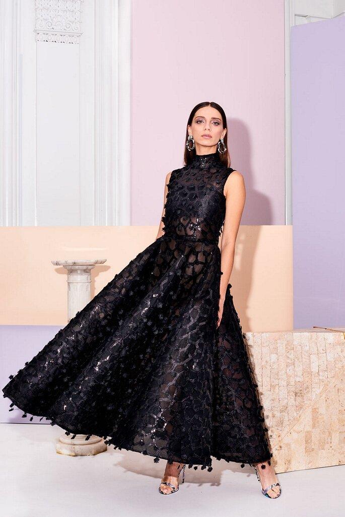 Vestido de fiesta negro corte princesa y largo midi con apliques