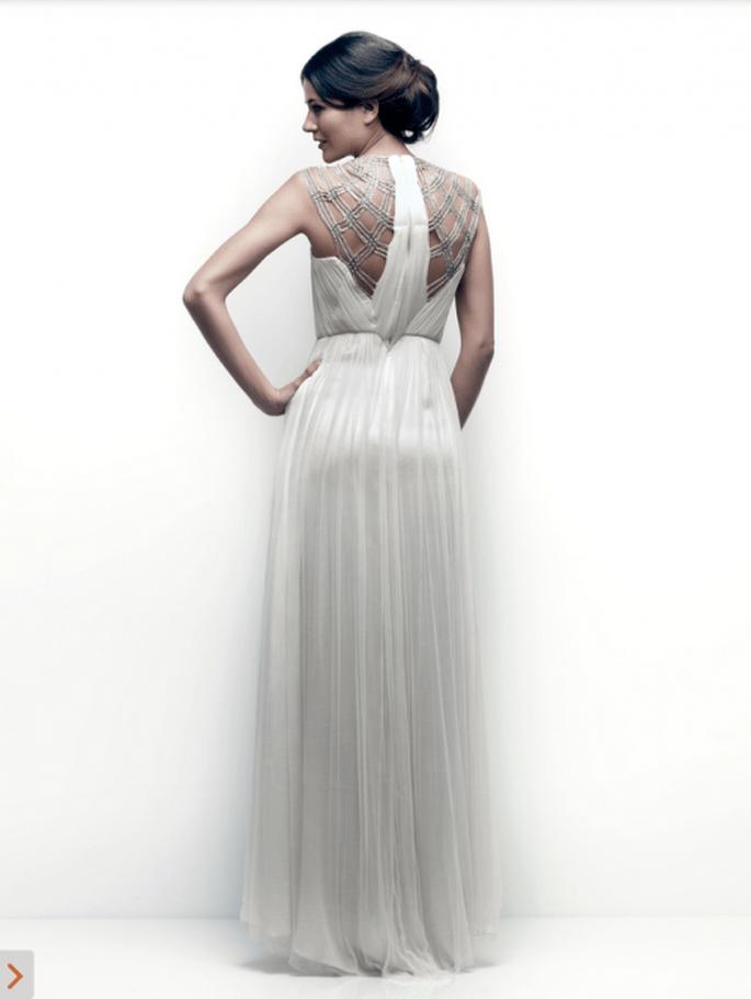 Marco en la espalda cubierto de detalles en tono plata para una boda en verano - Foto Catherine Deane