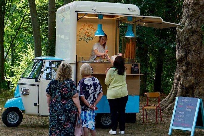 Angie, tout sourire, accueile vos invités et leur prépare de délicieuses glaces