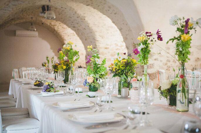 Un dîner de mariage dans une salle de réception en Provence