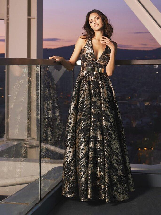 Vestido de fiesta largo con estampado color negro con acentos metálicos y escote en V