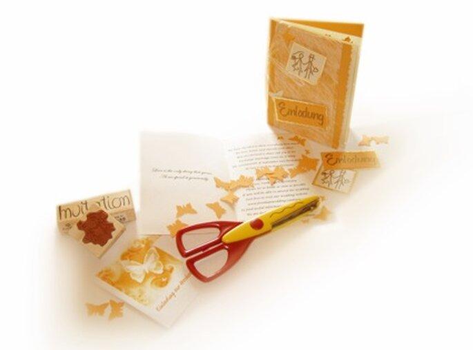 Haben Sie Ideen und vielleicht Sie oder eine Bekannte schon etwas Zubehör? Dann bietet es sich erst recht an, die Einladungskarten wie diese selbst zu machen. Für die Innenseite wurde Cremefarbenes Papier gekauft und mit einem normalen Haushaltsdrucker beschriftet, die Schmetterlinge manuell ausgestanzt.