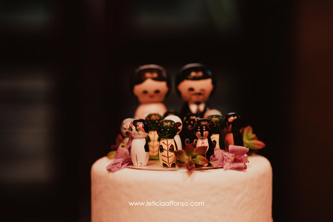 Topo de bolo com bonecos em madeira