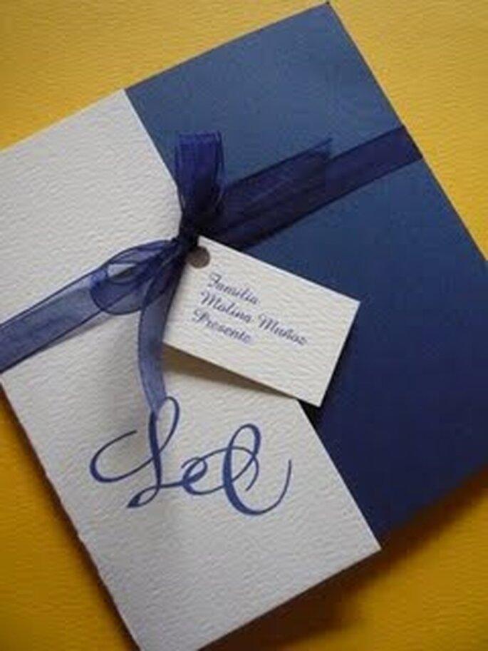Una invitación que combina exquisitamente el blanco con el azul y cierra con un listón de tul azul.