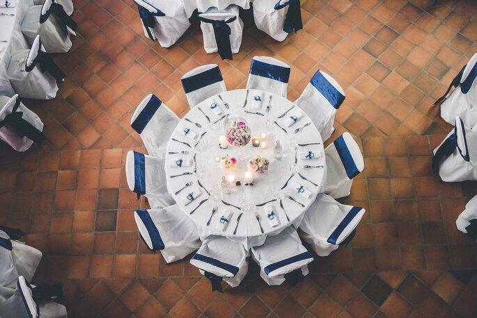 Des tables de mariage dressées dans une salle de réception