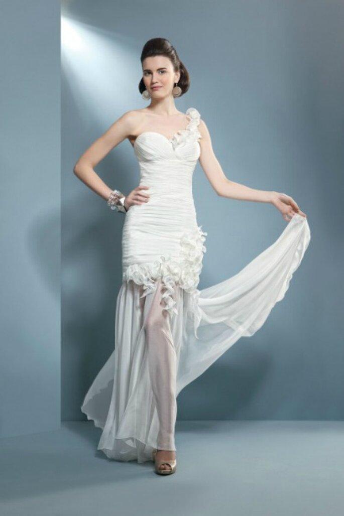 Abito bianco con gonna in chiffon removibile. Collezione Demetrios 2012 Mod. SE107 Foto www.demetriosbride.com