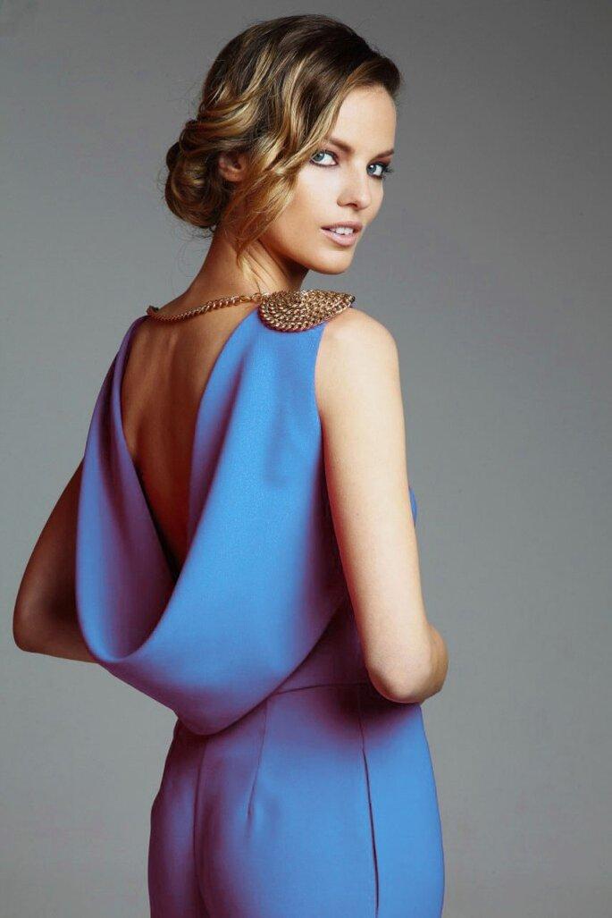 mono-drapeado-azul-con-escote-en-la-espalda-y-hombreras-doradas-de-apparentia-collection-online-tienda-online-de-vestidos-de-fiesta-boda-coctel
