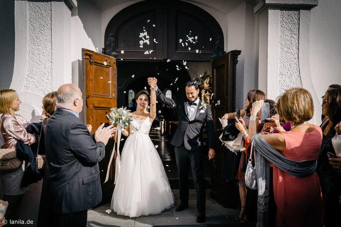 Brautpaar wir vor der Kirche von den Gästen empfangen