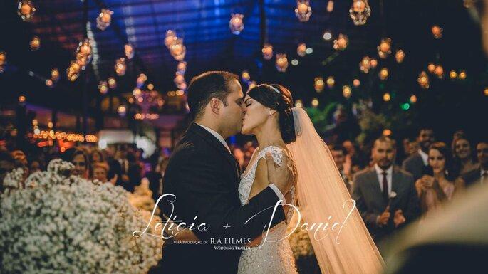 beijo apaixonado dos noivos
