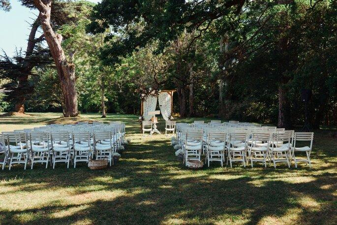 Une cérémonie laïque orchestrée dans un grand jardin par Agence Voulez Vous