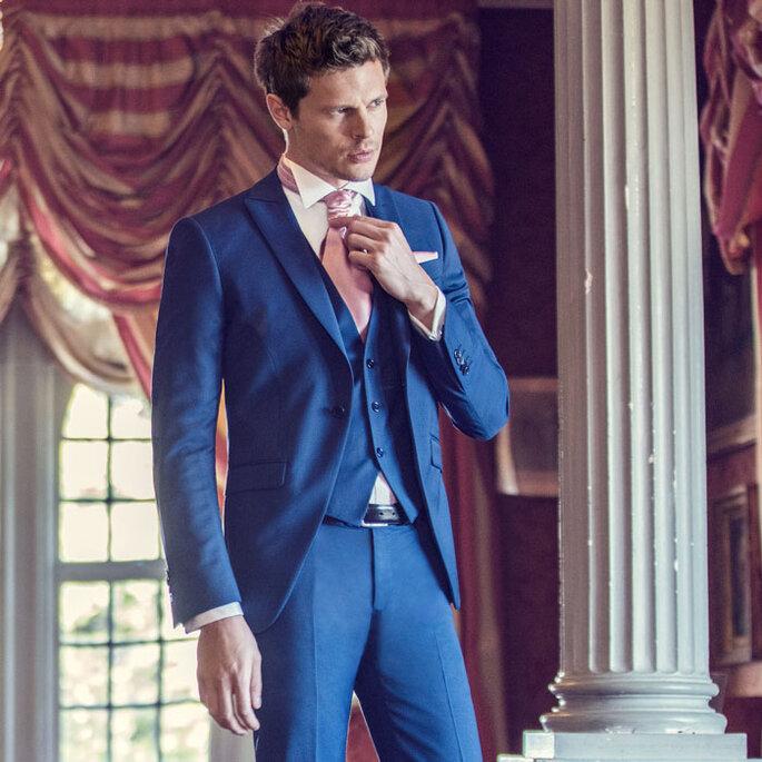 Costume trois pièces bleu, cravate et pochette roses