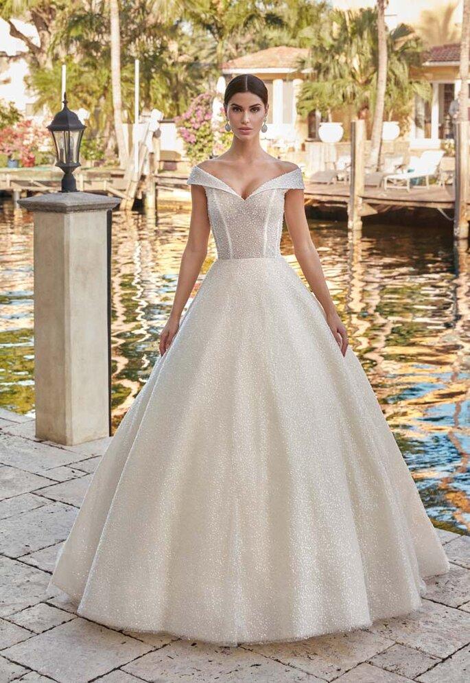 Déclaration Mariage - un modèle posant dans une superbe robe de mariée scintillante