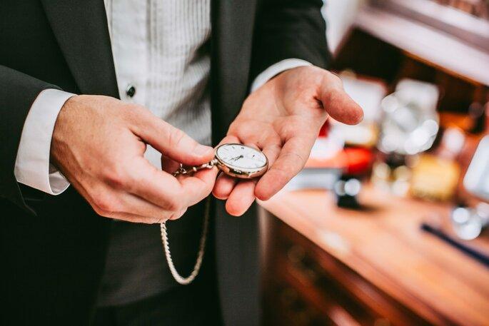 noivo a olhar para o relógio de bolso casamento