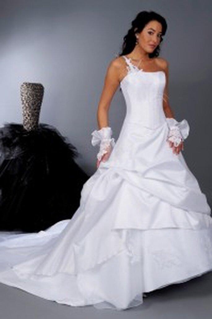 Matrimonia 2010 - Privilège blanc, ensemble corset et jupe de satin d'organza garni d'appliques, poignets assortis