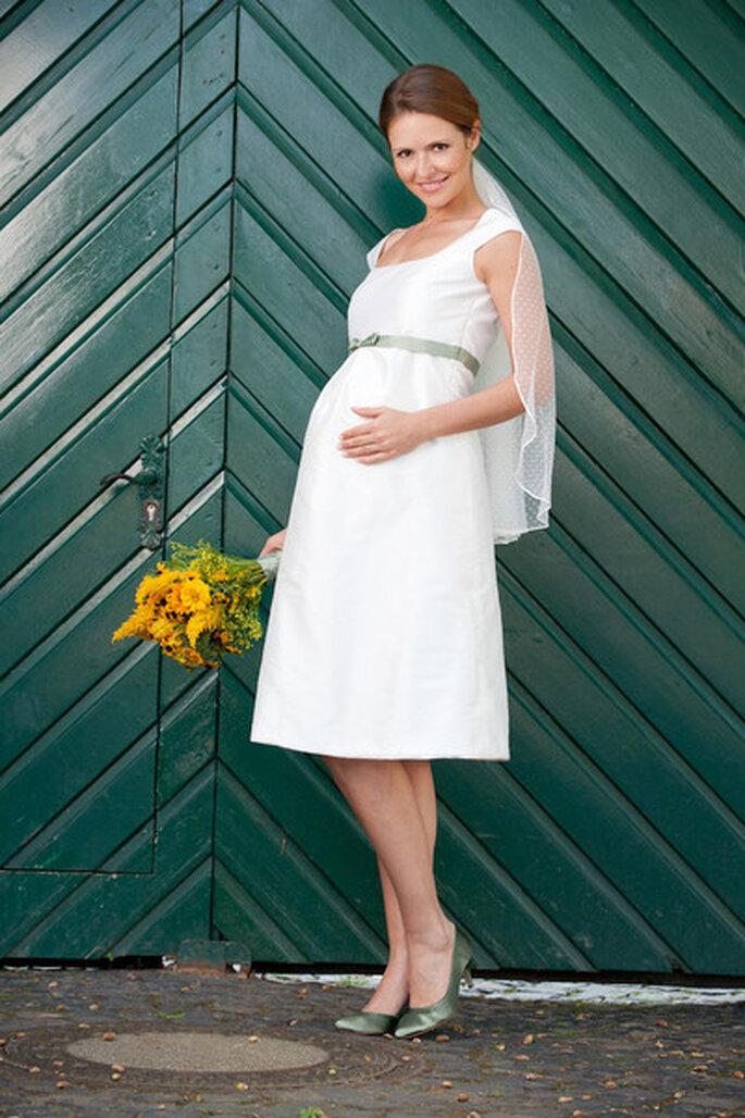 Modell Emmi - kurzes brautkleid mit babybauch Foto: http://www.noni-mode.de