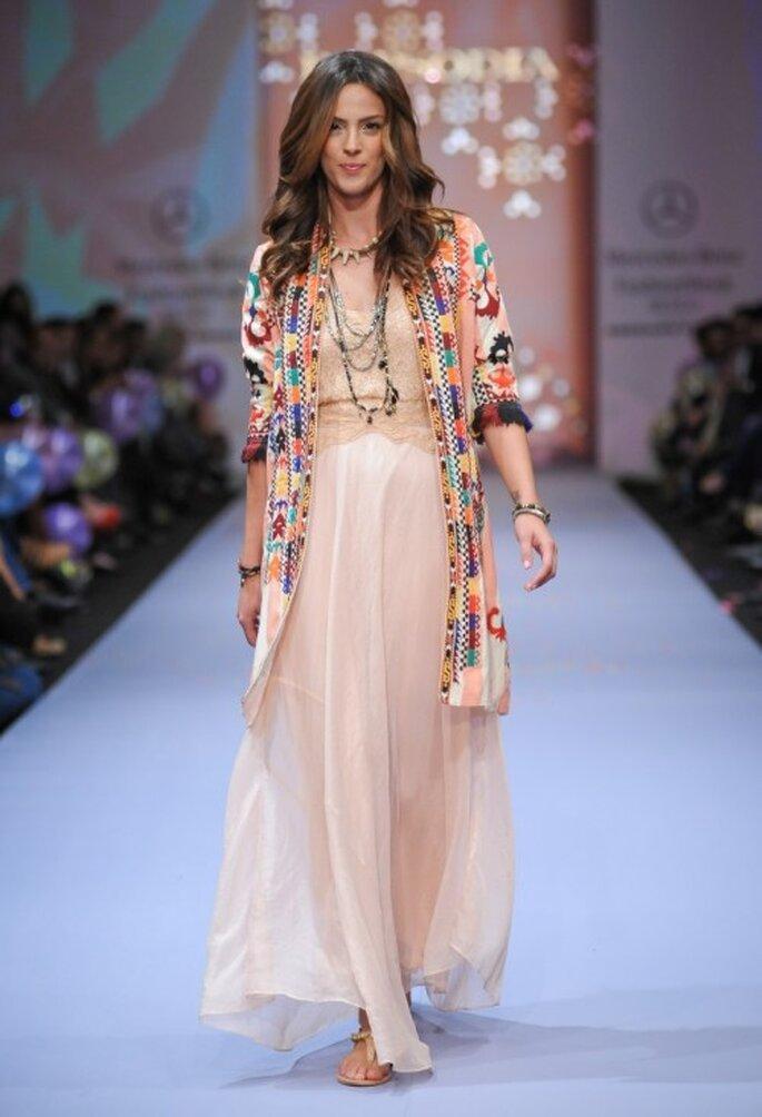 Vestido bohemio en color nude con chaqueta de bordados multicolor - Foto Mercedes Benz Fashion Week México