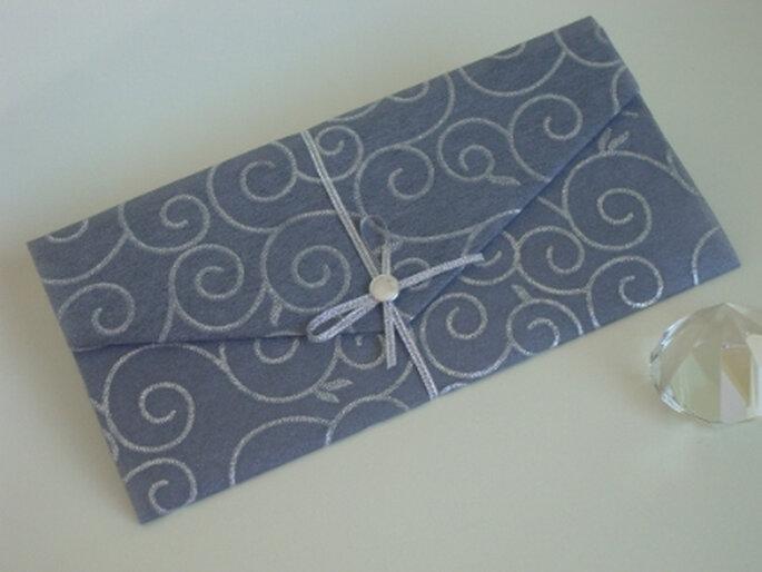 Hermosa tarjeta ralizada en color gris plata con arabescos plateados y cinta al tono