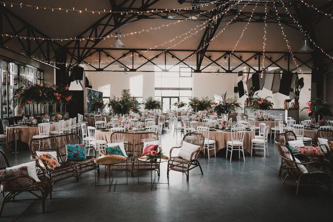 Décoration intérieure pour un mariage à la Bastide Saint Julien avec des guirlandes guinguettes, fauteuils en osiers ...