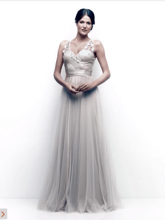 Vestido de novia con tirantes, plisado en el torso y falda confeccionada en tul para una chica romántica - Foto Catherine Deane