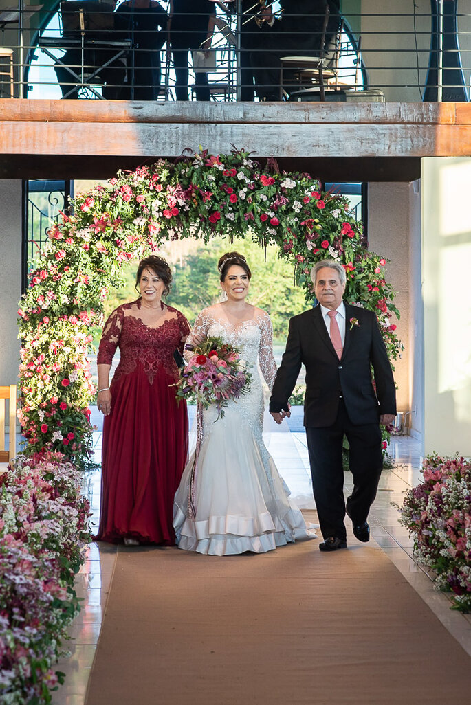 noiva chegando na cerimônia