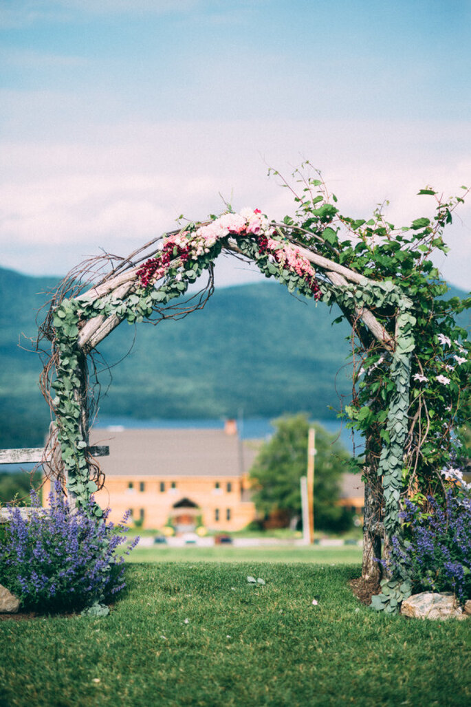 Altar de boda al aire libre - Cambria Grace Photography