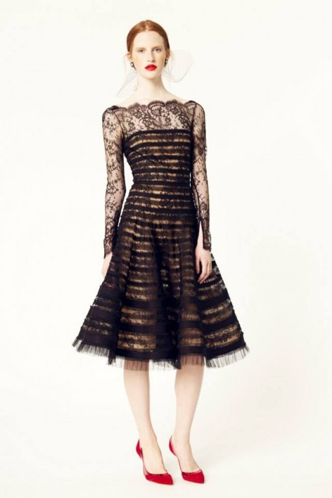 Vestido de fiesta 2014 en color negro con escote ilusión y mangas largas confeccionadas con encaje - Foto Oscar de la Renta