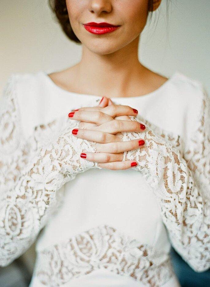 Noiva de unhas e batom vermelhos