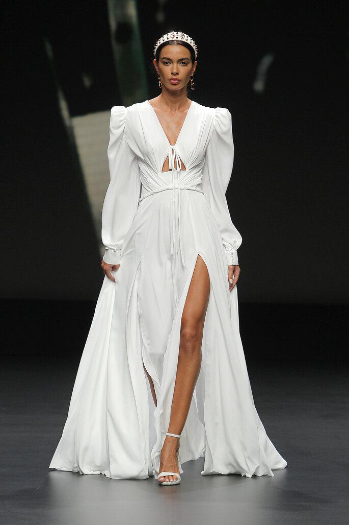 Colección Touch de Yolan Cris - vestido de los años 40 confeccionado con crepe y escote V. Detalle en la cintura con fajin drapeado y una trenza. Mangas amponas y puños con cristales. Aberturas delanteras