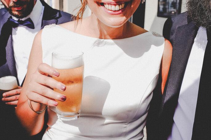 noiva com cerveja na mão sorridente