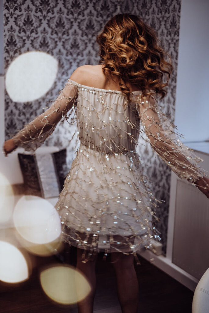 Das Model tanzt beim Bridal Boudoir Shooting.