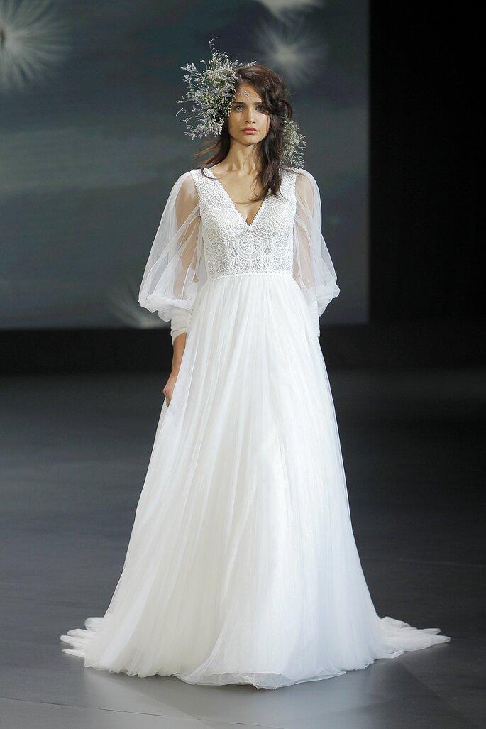Vestido de novia corte en A con falda de tul, escote en V y mangas abombadas transparentes