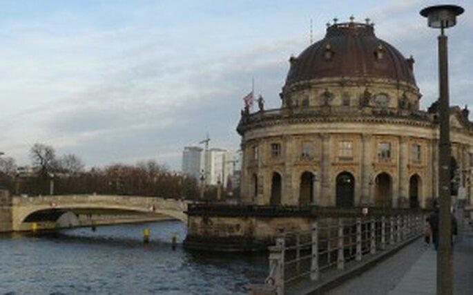 Edificio Bodemuseum junto al río Spree en Berlín