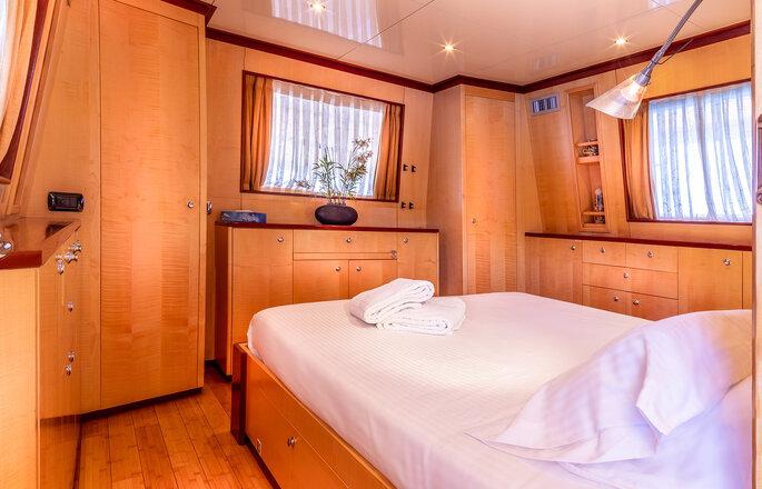 Yacht Clara One - l'une des cabines du Yacht où passer la nuit confortablement