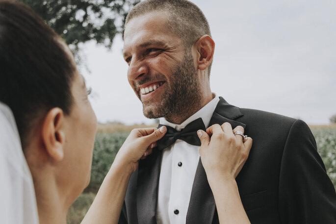 Wedding planner mariage fun - deux mariés fous de joie se sourient