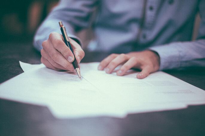 pessoa a escrever assinar contrato