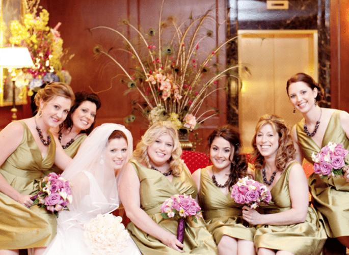 Ramos de damas de boda en color morado. Fotografía Jeny Lynne