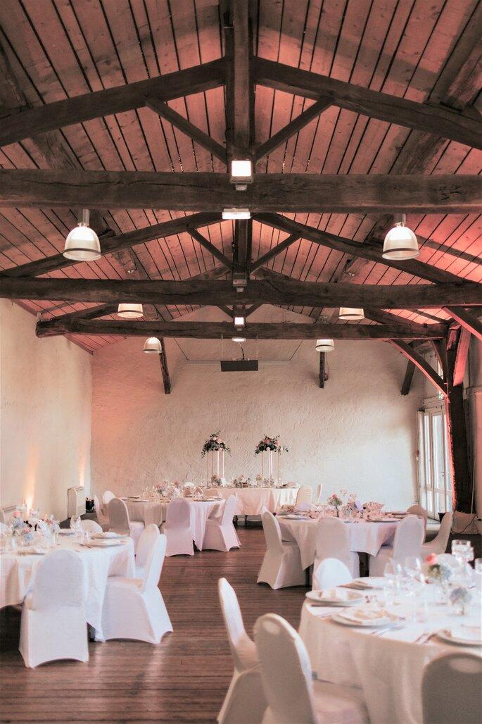 Intérieur d'une salle de réception dressée pour un mariage