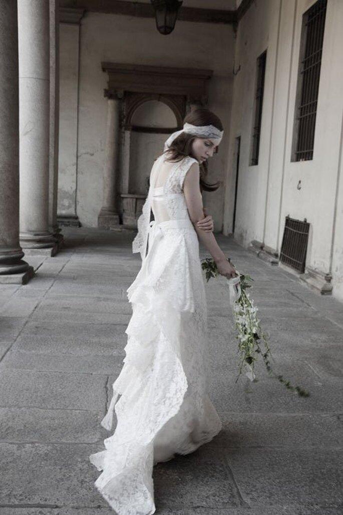 Vestido de novia estilo vintage con cauda elegante y lindo tocado a juego - Foto Alberta Ferretti