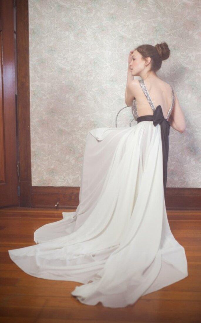 Vestido de novia con tirantes metalizados, espacios abiertos a los costados y escote en la espalda con lazo negro - Foto Blush Wedding Photography