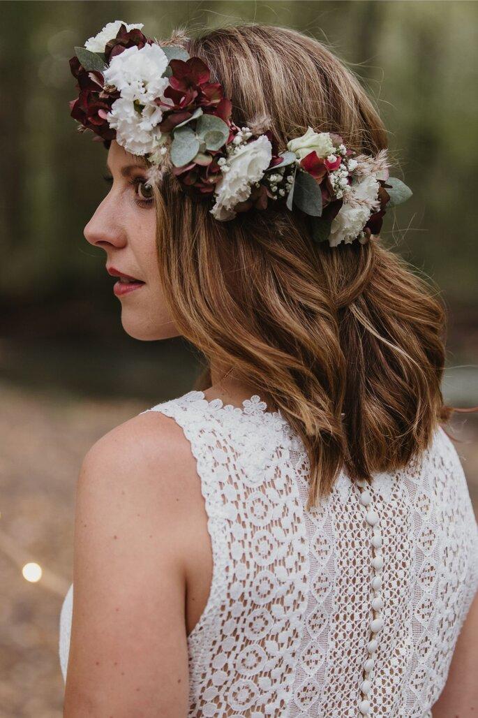 Die Brautfrisur und das Brautkleid von hinten.