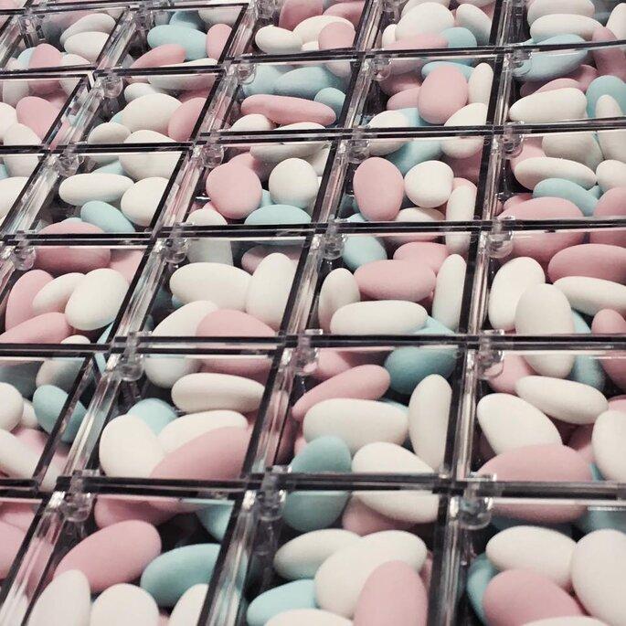 Süßigkeiten in einer Auslage.