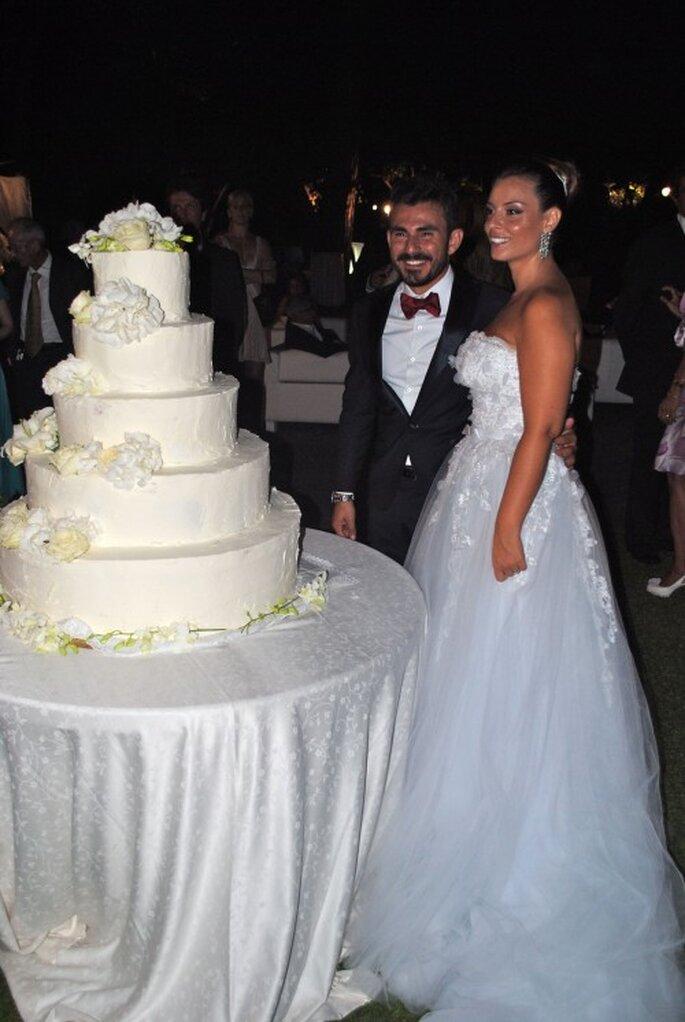Pastel de boda en color blanco y de 5 pisos. Foto de Whitechicwedding