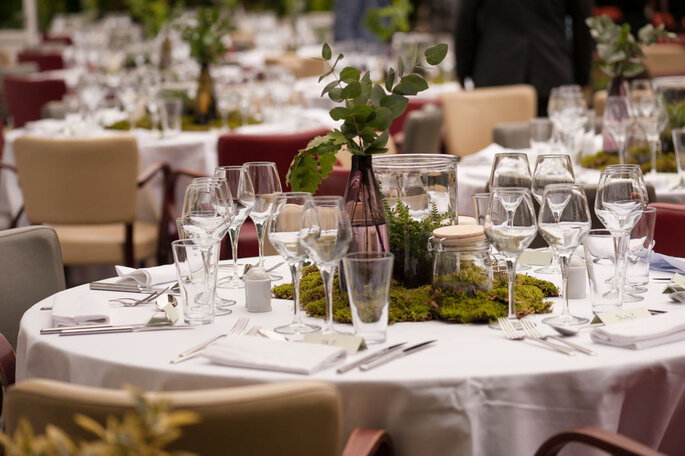 Une table à la décoration champêtre et automnale dressée pour un mariage dans une salle de réception intérieure