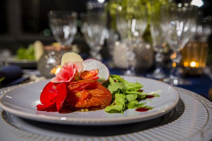 Pratos de casamento decorados com flores