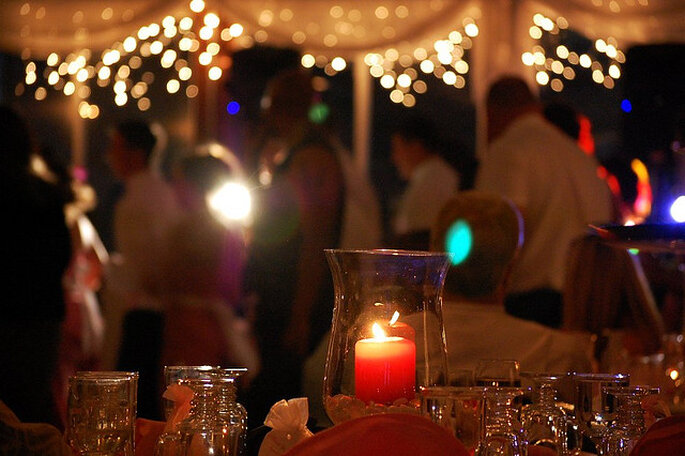 Ideas para la iluminación en una boda country. Foto: John