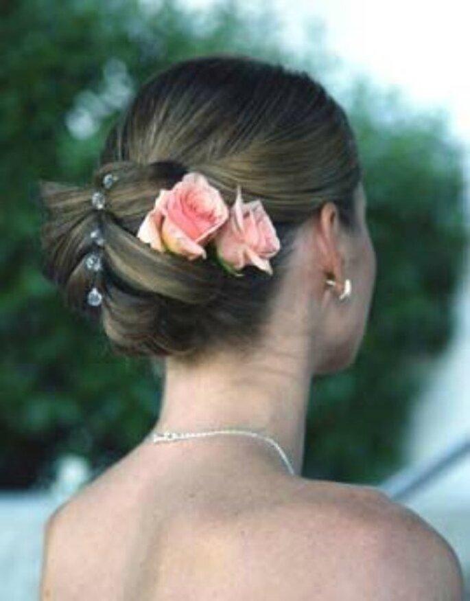 Rose rosa in questo raccolto semplice ma chic. Foto www.matrimonio.pourfemme.it